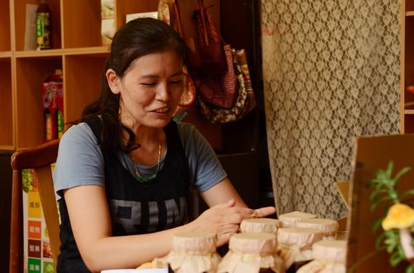埔里美食-愛做菜的石蕙萓凡事自己來,包裝同樣不假手他人。(柏原祥攝)