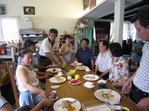 大埔里生活網-李中生伉儷在咖啡園中農舍,向來賓介紹咖啡與美食。(林子婷攝)