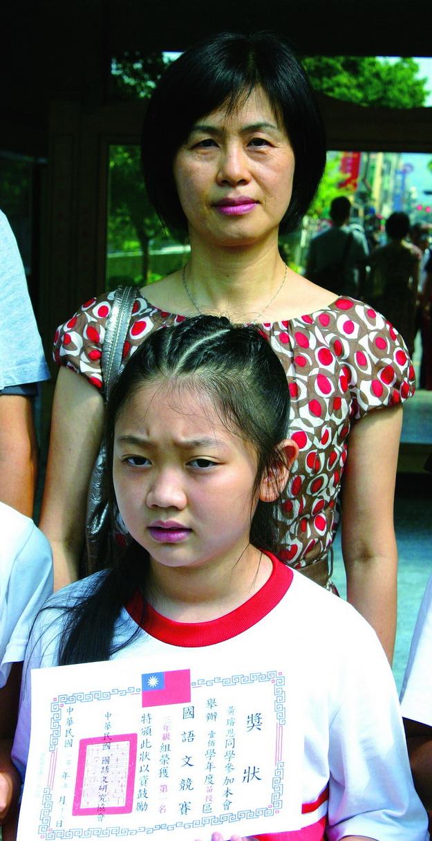大埔里生活網-中華民國語文研究學會舉辦國語文競試,三年級黃璿恩在許淑玲老師指導下,奪得中年級組冠軍。(楊樹煌攝)