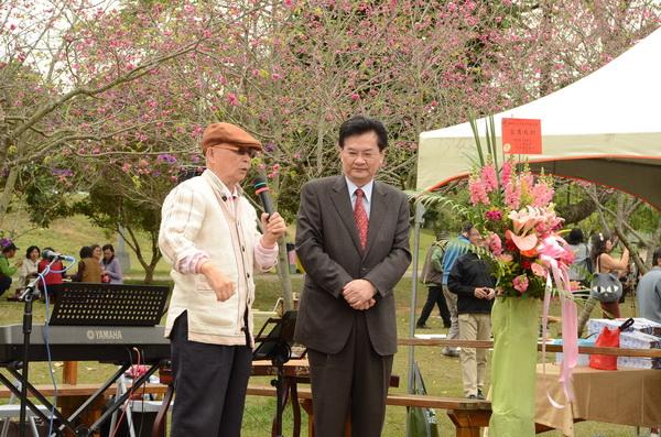 大埔里生活網─牛耳藝術度假村董事長黃炳松(左)喜歡鼓勵人們種樹,圖為他參加暨大櫻花茶會的身影。(柏原祥攝)