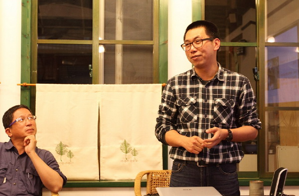 大埔里生活網─天空院子民宿主人何培鈞來到埔里阿朴咖啡,分享他創業的歷程。(劉明浩攝)
