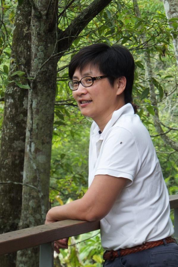 埔里人物-俞國珠在基地遠眺,發現蟲鳴鳥叫生態豐富。(唐茹蘋攝)