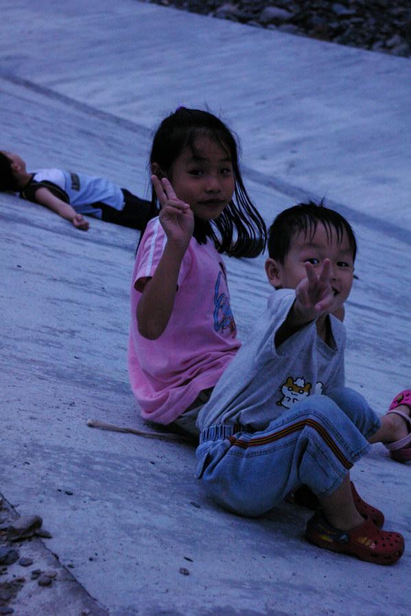 埔里人物-俞國珠一雙兒女在埔里也找到開心的節奏。(俞國珠提供)