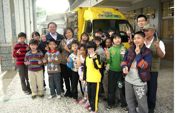 埔里教育-埔里鎮圖的行動圖書車總為學童帶來希望。(18度C文化基金會提供)