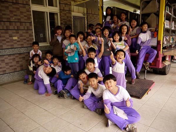 埔里教育-愛閱讀的小朋友備覺開心。(18度C文化基金會提供)