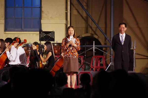 魚池旅遊-埔里大成國中校長蔡秋玲帶領管弦樂團現場演奏,右為鄉長陳錦倫。(陳里維攝)