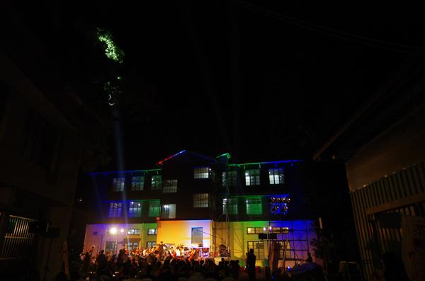 魚池旅遊-茶改場魚池分場這棟歷史建築夜晚光芒四射。(陳里維攝)