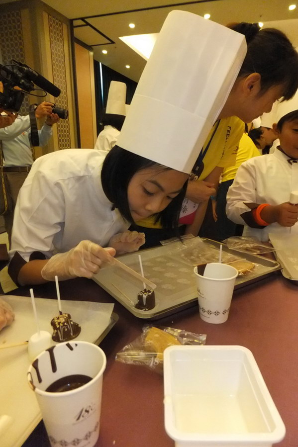 埔里教育-小朋友巧克力師體驗有模有樣。(唐茹蘋攝)