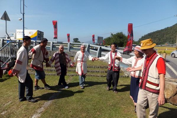 埔里文化-噶哈巫地方耆老展現傳統歌舞表演。(唐茹蘋攝)