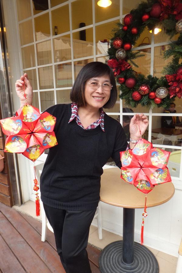 埔里生活-新年吊飾也是用樂透彩的袋子做成,喜氣又大方。(唐茹蘋攝)