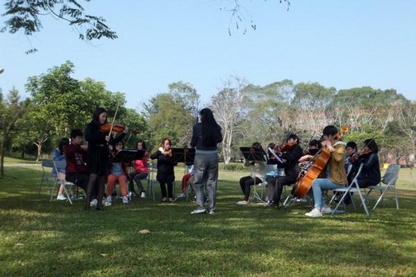 埔里藝文-藉由不斷的上台表演讓埔里音樂小將更熟悉舞台的感覺。(唐茹蘋攝)