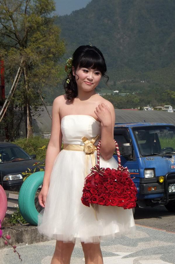 埔里產業-牛尾社區找來玫瑰公主代言社區玫瑰產業。(唐茹蘋攝)