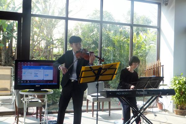 埔里藝術-埔里Butterfly交響樂團在民宿的演出更添輕鬆氛圍。(唐茹蘋攝)