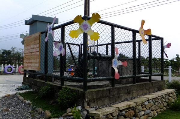 埔里生活-原本腐朽不堪的抽水站圍欄經過油漆裝飾後呈現不同風貌。(唐茹蘋攝)