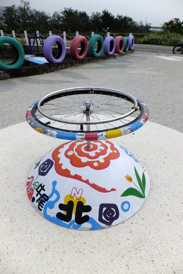 埔里生活-牛尾社區心田公園使用環保的回收輪胎作為裝飾。(唐茹蘋攝)