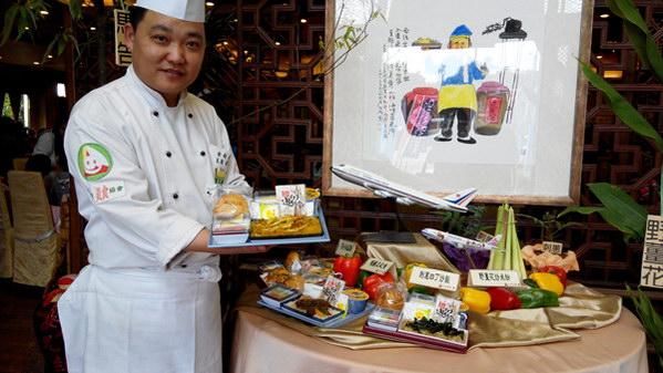埔里美食-金都餐廳廚藝總監劉恒宏展示機上餐。(唐茹蘋攝)
