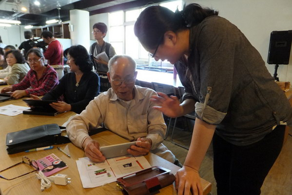 埔里教育-高齡79歲的黃幸夫學平板興致勃勃。(唐茹蘋攝)