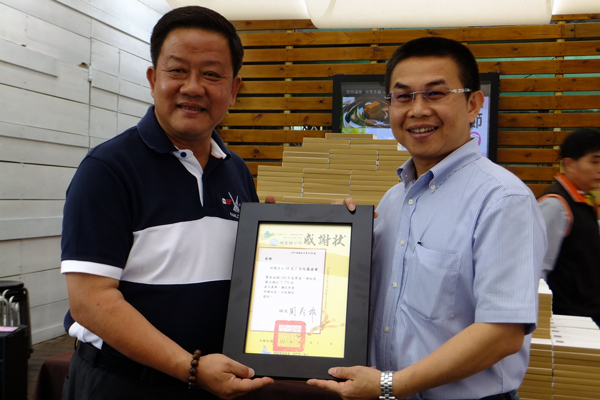 埔里教育-埔里鎮長周義雄(左)頒發感謝狀給茆晉詳董事長。(唐茹蘋攝)