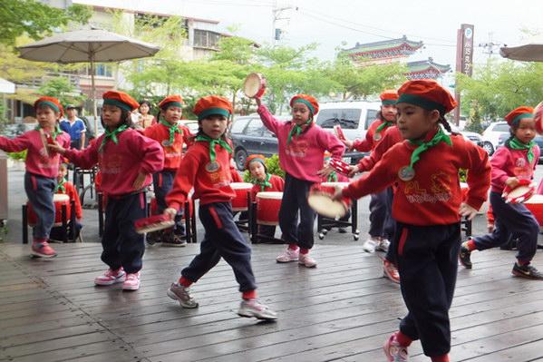 埔里教育-埔里鎮立幼兒園的小朋友表演。(唐茹蘋攝)
