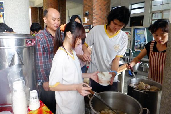 埔里教育-埔工綜合職能科學生在園遊會上用力叫賣關東煮。(唐茹蘋攝)
