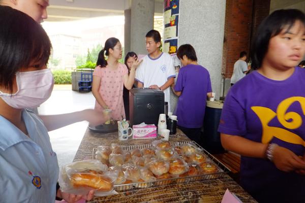 埔里教育-葉喜萍採買綜合職能柯學生的麵包回去犒賞員工。(唐茹蘋攝)