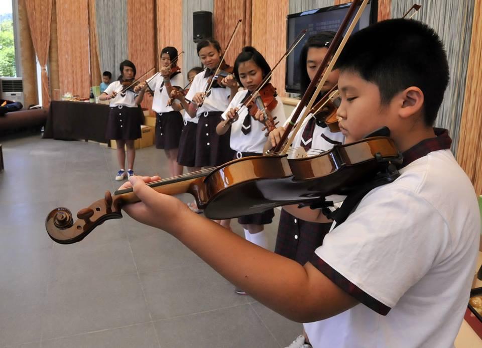 桐林國小從台中邀請小提琴老師前來指導,引發熱烈的學習。(圖片來源:埔里紙教堂)