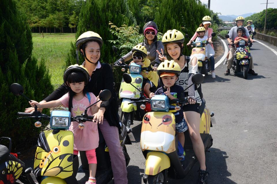 綠動奇蹟電動自行車,讓遊客可以輕鬆自在慢遊在生態豐富的桃米社區(圖片來源:埔里紙教堂)
