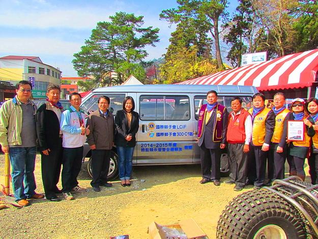 國際獅子會300C1區捐贈一輛客貨兩用的九人座車給南投家扶中心埔里服務處,由立法委員馬文君代表受贈,場面溫馨。(圖片提供:南投家扶中心)