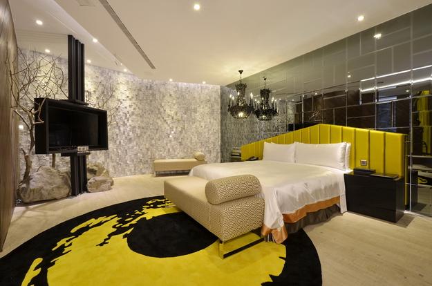 埔里冠月精品旅館摩鐵房型,除大膽用色獨特設計地毯外,還擁有獨立車庫。(圖片提供:埔里冠月精品旅館)